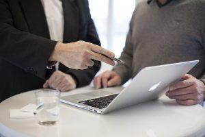 פגישה עסקית -זוג ולפטופ